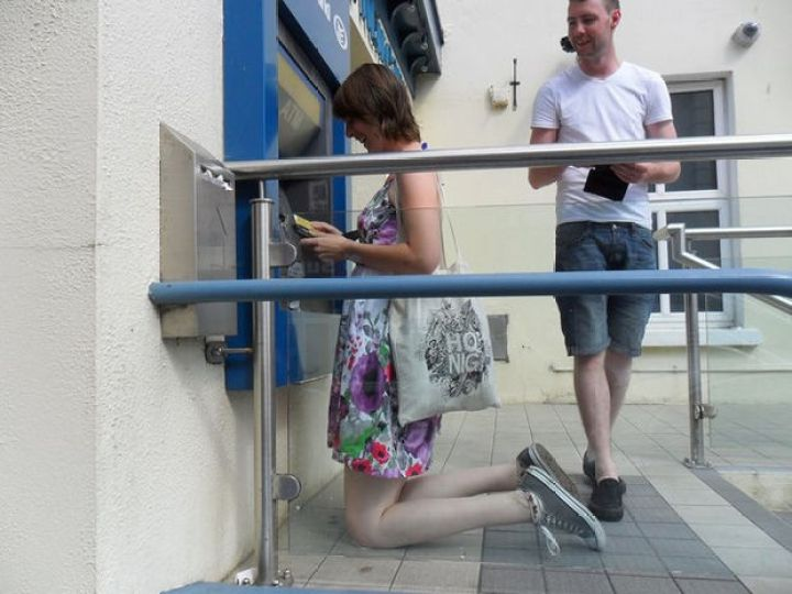 27 Tall People Problems Only Tall People Have - You wish banking machines came with knee pads.