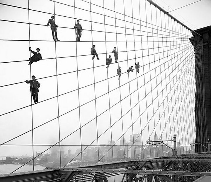 21 Historical Photos - Painters suspend themselves on the Brooklyn Bridge, 1914.