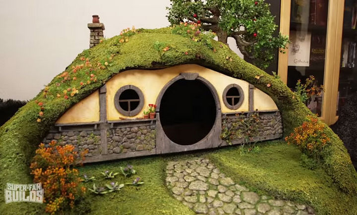 The Lord of the Rings cat litter box has a removable faceplate and is constructed with foam and a fiberglass shell for strength.