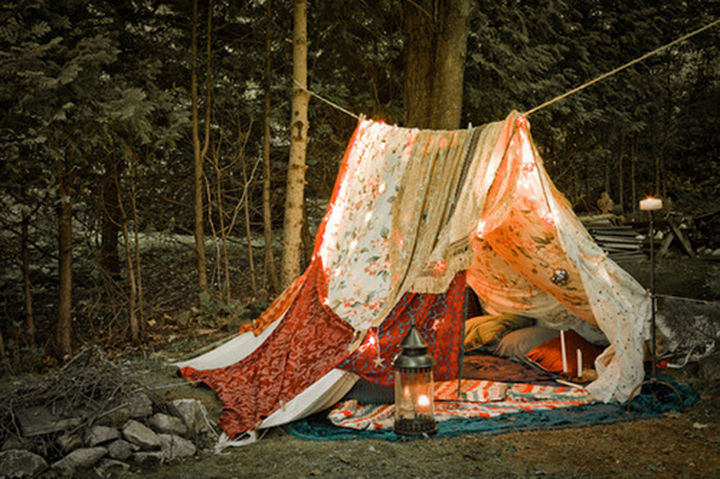 34 DIY Backyard Ideas for the Summer - Make a quick and cozy tent using only a rope and several sheets.