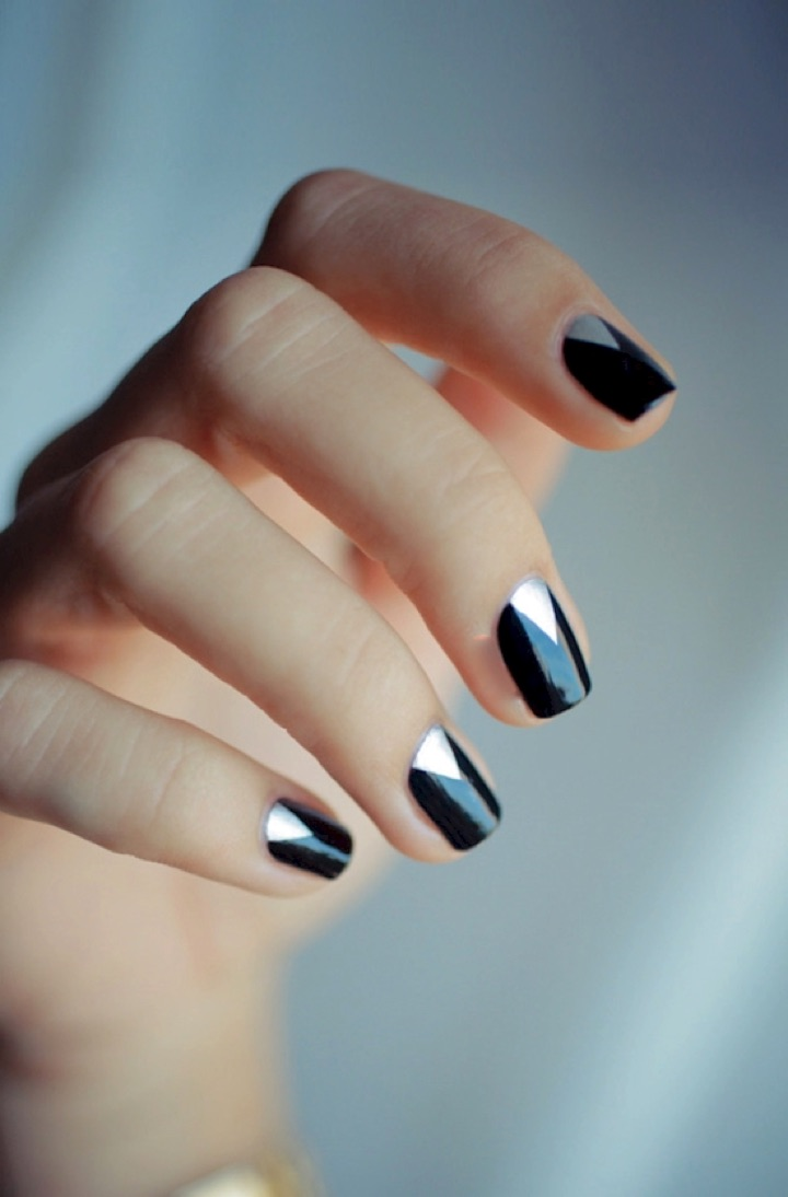 20 Metallic Nails - Black nails with a touch of elegance.