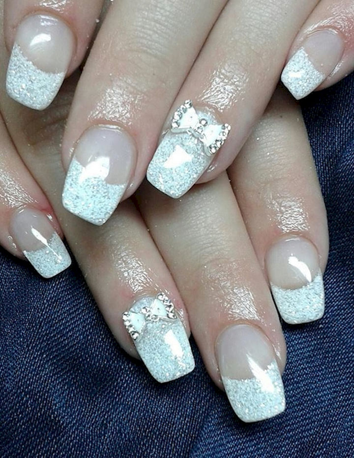 18 Perfectly Manicured Bow Nails - Less is more with this elegant tinsel French manicure.