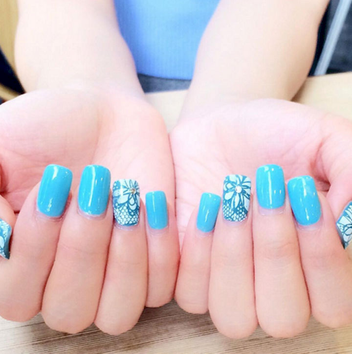 18 Ice Blue Nails - These winter nails are ready to party.