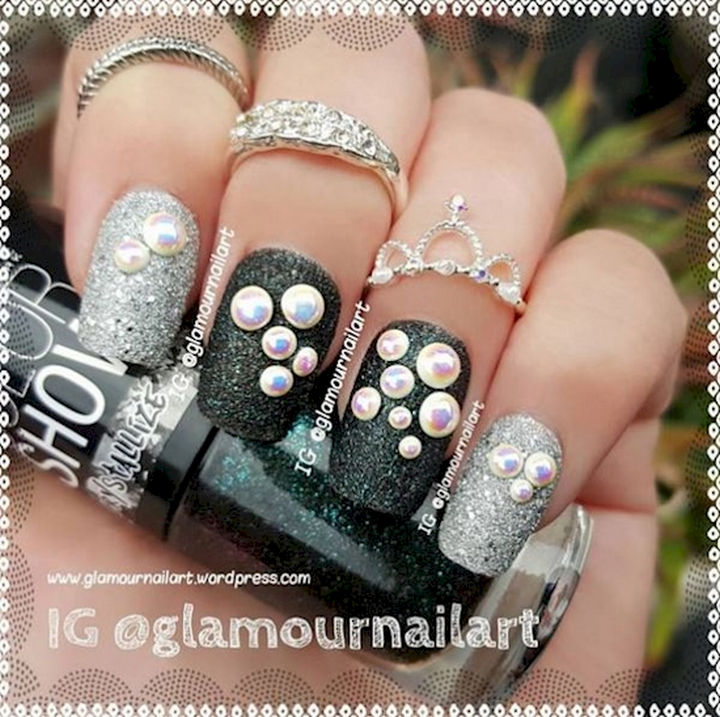 18 3D Nails - Steal the limelight with these elegant textured nails.