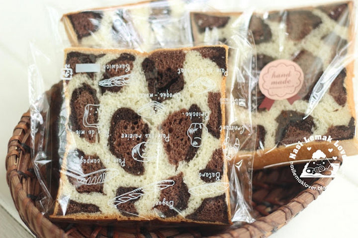 Leopard bread also makes a great gift by wrapping them in cellophane paper.