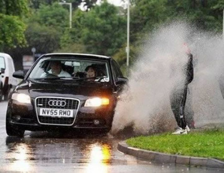 19 People Having a Bad Day - Is it just me or is that car driver laughing?