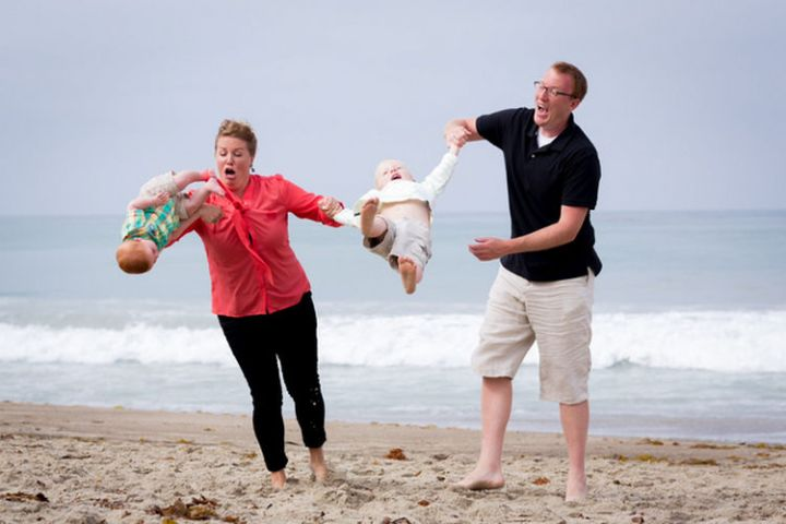 19 People Having a Bad Day - These parents were not expecting this to be their family photo by the beach :)