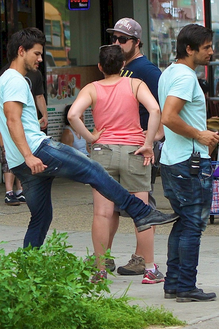 """23 Celebrities Hanging Out With Their Stunt Doubles - Taylor Lautner goofing around with his stunt double on the set of """"Tracers."""""""