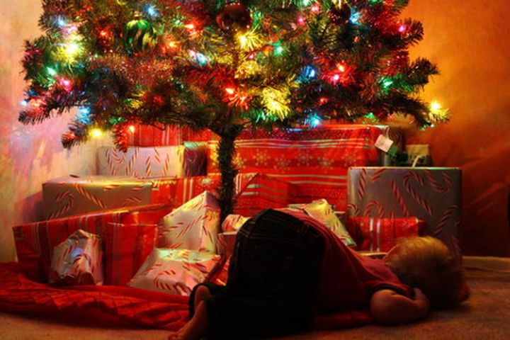 25 Kids Sleeping in the Strangest Places - Fell asleep while waiting for Santa.