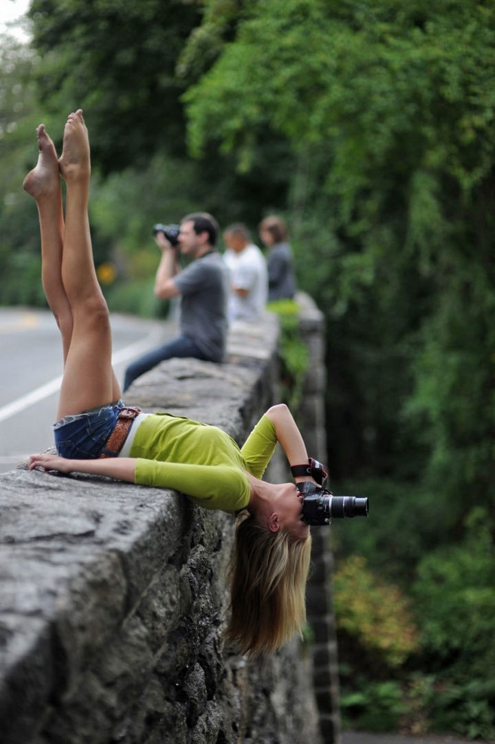 32 People Who Look Fear in the Eyes - Photographers do anything to get the best shot.