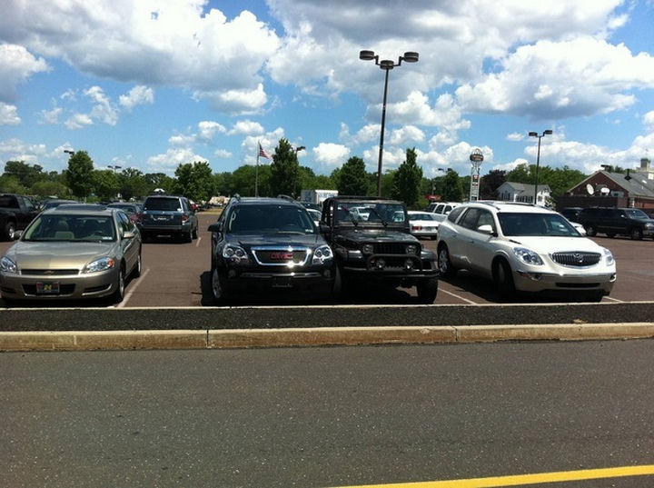 19 Bad Parking Fails - A little too close for comfort.