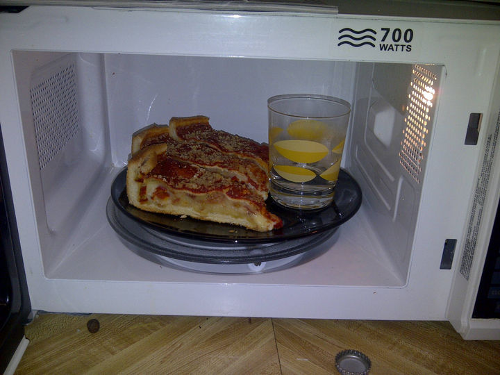 21 Everyday Life Hacks - Place a glass of water in the microwave when reheating pasta or meat.
