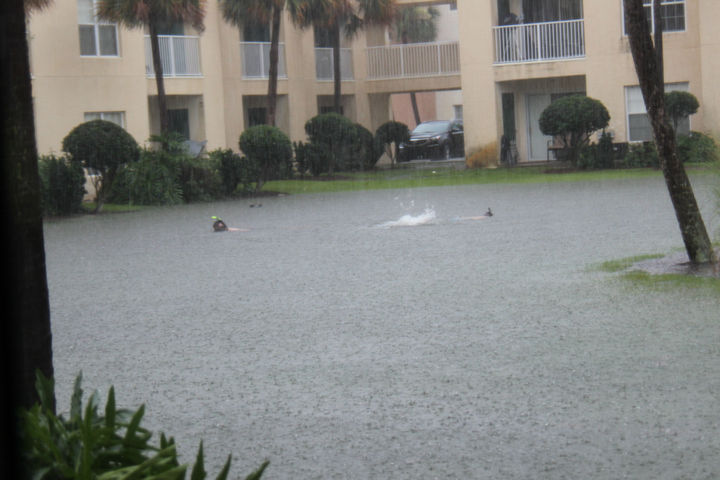 31 People Making the Best of a Bad Situation - When your apartment complex gets flooded...go swimming!