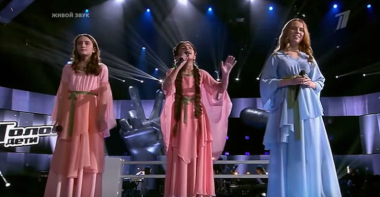 3 young girls sing
