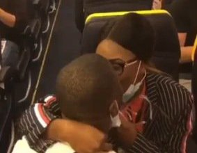 Photo of A man proposes to his girlfriend onboard an international flight (Video)