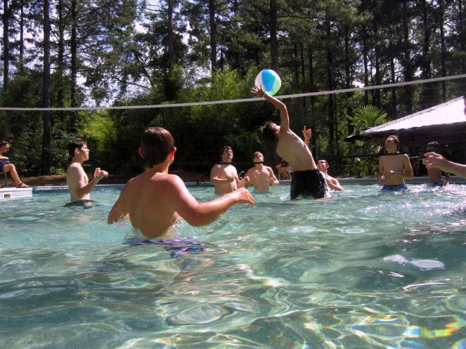 Pool~109- Ried spikes in water volleyball