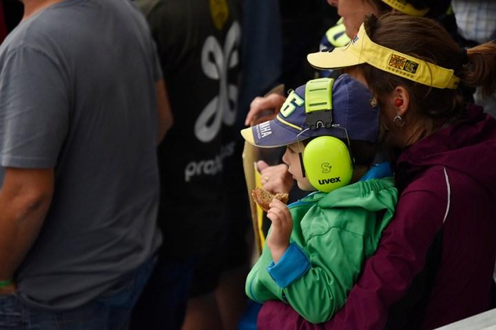 Jonge Rossi-fan met gehoorbescherming