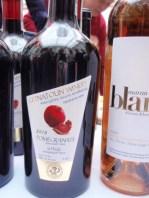 Armeńska specjalność - wino z granatu. Nietypowy, nieco kontrowersyjny bukiet pestkowy, choć ciało zbliżone do dobrych win z winogron.