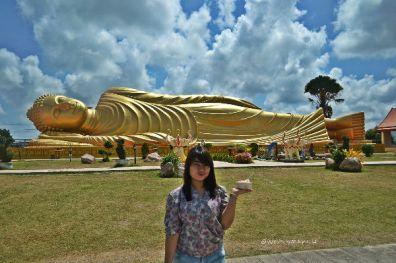 Sarah di depan Wat Hat Yai Nai