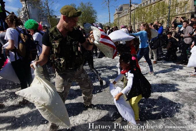 Pillow Fight Day 2014, Place de la République à Paris. Photographies de Paris par © Hatuey Photographies