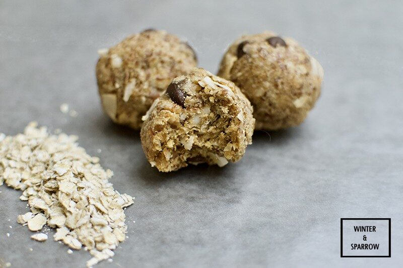 Boost Your Protein Intake With These No Bake Peanut Butter Protein Bites winterandsparrow.com #healthysnacks
