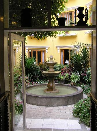 hotel-courtyard-antigua-miraflores