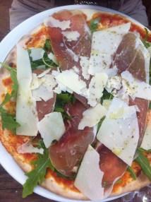 Pizza mit Parmaschinken und Parmeggiano