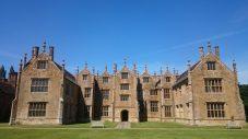 Barrington Court mit seinen typischen Flügeln und Spitzen auf dem Dach