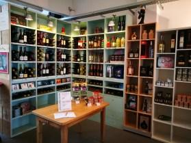 Eine Auswahl an Weinen und Produkten