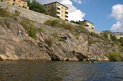 Klatki schodowe mieszkalnych bloków wychodzą wprost na skalne urwiska, na których