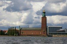Mijamy gmach ratusza ze 106-metrową wieżą, zwieńczoną trzema koronami.