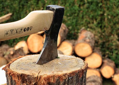 Holz spalten: Die richtige Technik. So wird es gemacht!