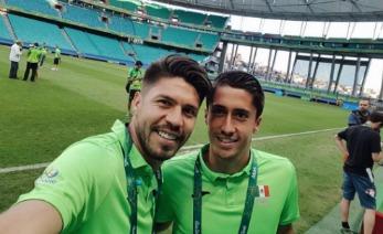 Dos jugadores en el estadio Azul