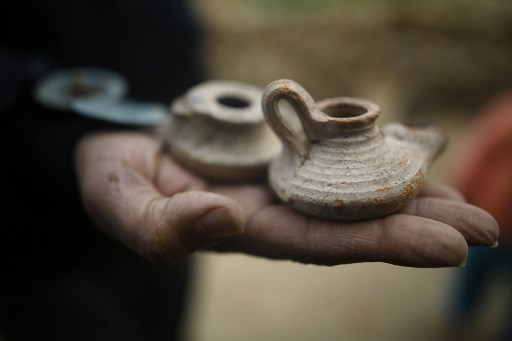 Hombre descubrió un antiguo cementerio en su jardín 000_XX82J