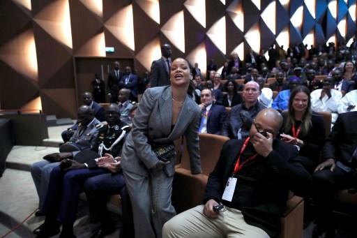 Rihanna y Macron recaudan dinero para financiar educación en África 000_YM1EV