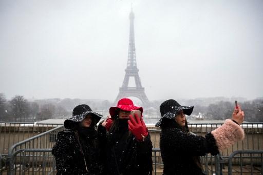 Fotos: Se tiñe de blanco París y cierran la Torre Eiffel 000_YU25Y