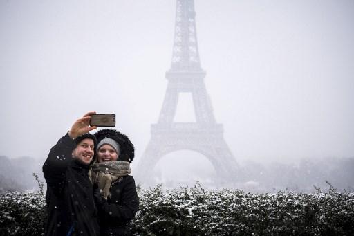 Fotos: Se tiñe de blanco París y cierran la Torre Eiffel 000_YU2BV