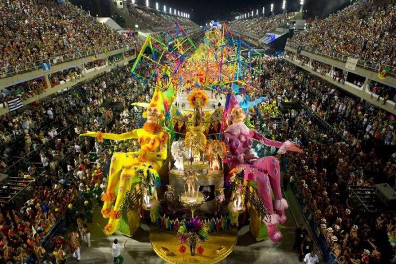 Carnaval de Rio cierra con críticas hacia el gobierno de Brasil DVs5STHXUAE19rq
