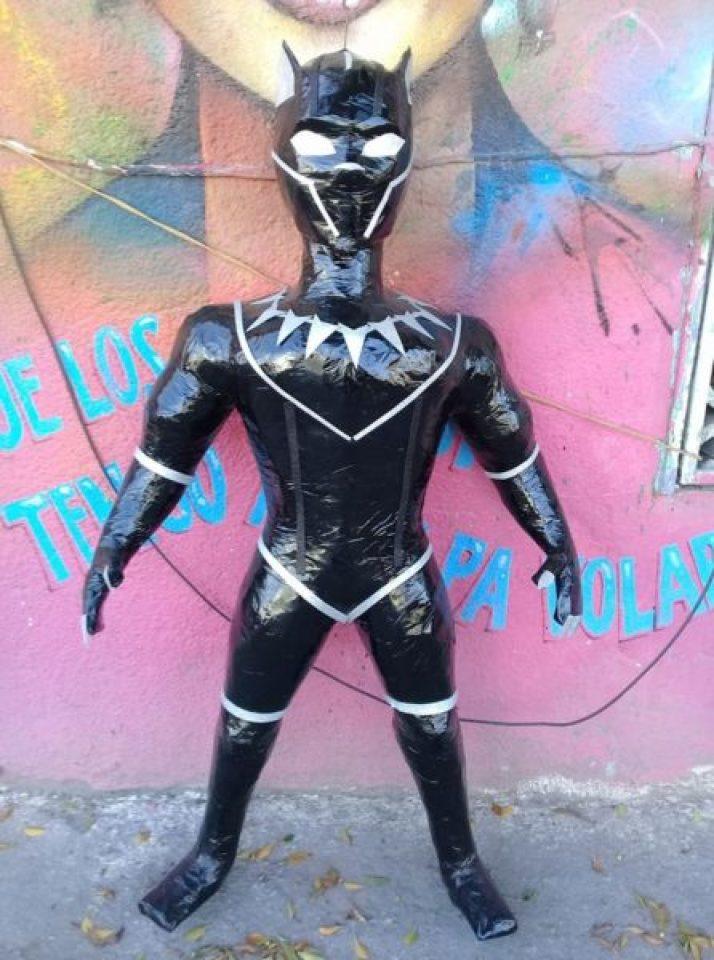 Ya tiene piñata Guillermo del Toro y uno de sus Premios Oscar 28377978_2123858347848776_3248152234207816246_n