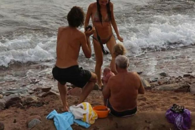 Mientras rompía las olas mujer da a luz en el mar 4A25D0A300000578-5494761-Once_back_on_shore_the_new_mother_was_reunited_with_her_child_in-a-65_1520947350338-600x400