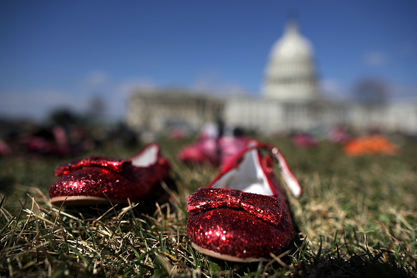El Capitolio de EU se llena de zapatos por cada niño asesinado con armas de fuego 931448564