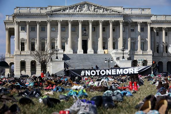 El Capitolio de EU se llena de zapatos por cada niño asesinado con armas de fuego 931448584