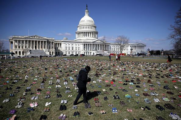 El Capitolio de EU se llena de zapatos por cada niño asesinado con armas de fuego 931448628-1