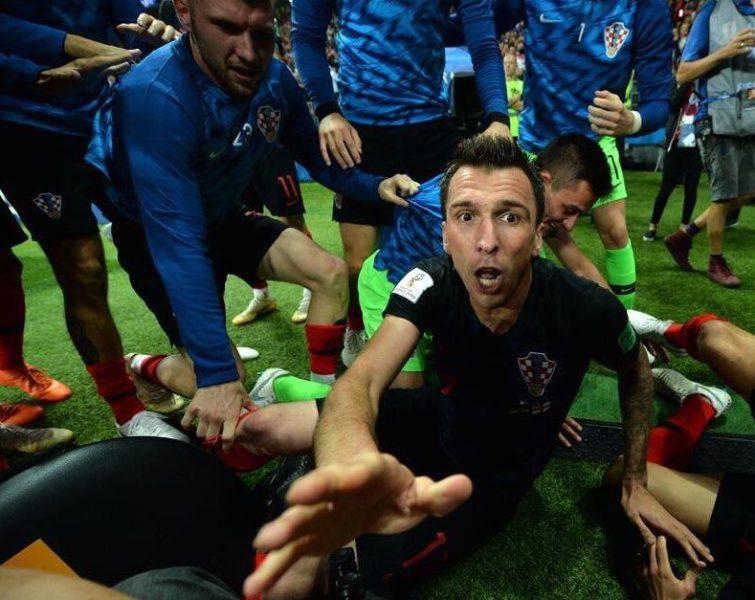 Esta es la imagen que resultó del fotógrafo aplastado en el partido de Croacia Dh2mho3U0AADqAq