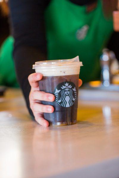 A las tortugas les gusta esto: Starbucks eliminará popotes a nivel mundial DhrfyBAV4AEgXHH