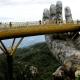 puente en Vietnam sostenido por dos manos