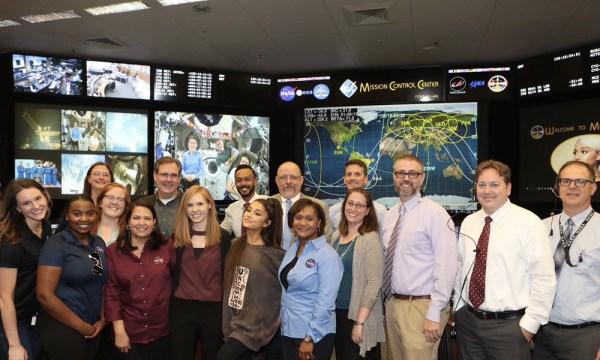 Ariana Grande en la NASA fue astronauta por un día Ariana-Grande-NASA-1-600x360