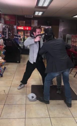 ¿Real o fake? Keanu Reeves detiene un asalto a mano armada Captura-de-pantalla-2019-07-18-a-las-14.16.02-306x500