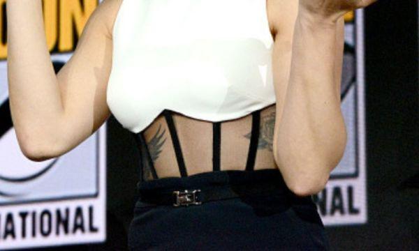 "El tatuaje ""secreto"" de Scarlett Johansson que todos notaron en la Comic-Con El-tatuaje-%E2%80%9Csecreto%E2%80%9D-de-Scarlett-Johansson-1-600x360"