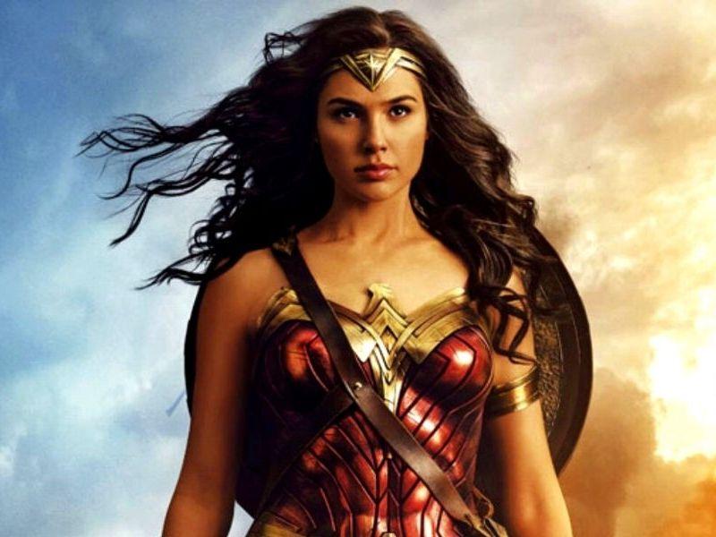 foto de Wonder Woman junto al Batimóvil